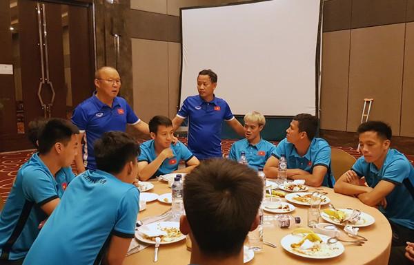 Xúc động cảnh HLV Park Hang Seo bùi ngùi chia tay tiền vệ Đỗ Hùng Dũng về Việt Nam - Ảnh 1.