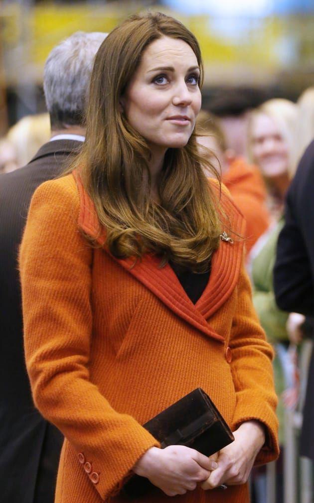 Cũng chăm diện màu chói giống Nữ hoàng Anh nhưng Công nương Kate lại luôn tránh xa gam màu này - Ảnh 3.