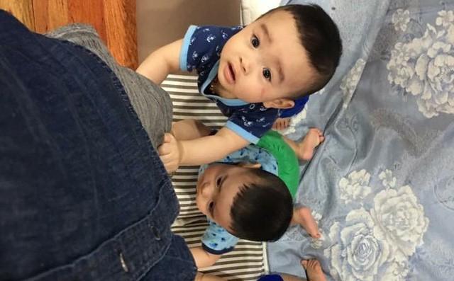Clip 3 cậu bé sinh ba xúm xít, quấn mẹ đòi sữa gây bão mạng và câu chuyện phía sau - Ảnh 1.