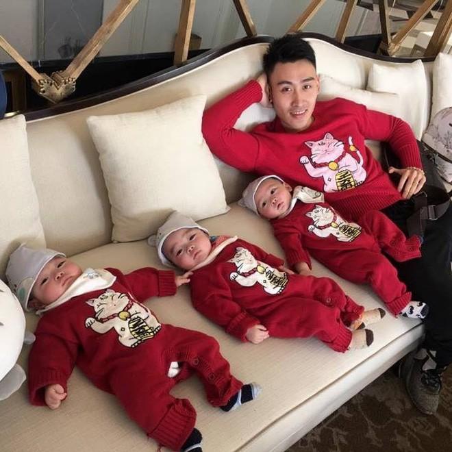 Clip 3 cậu bé sinh ba xúm xít, quấn mẹ đòi sữa gây bão mạng và câu chuyện phía sau - Ảnh 8.