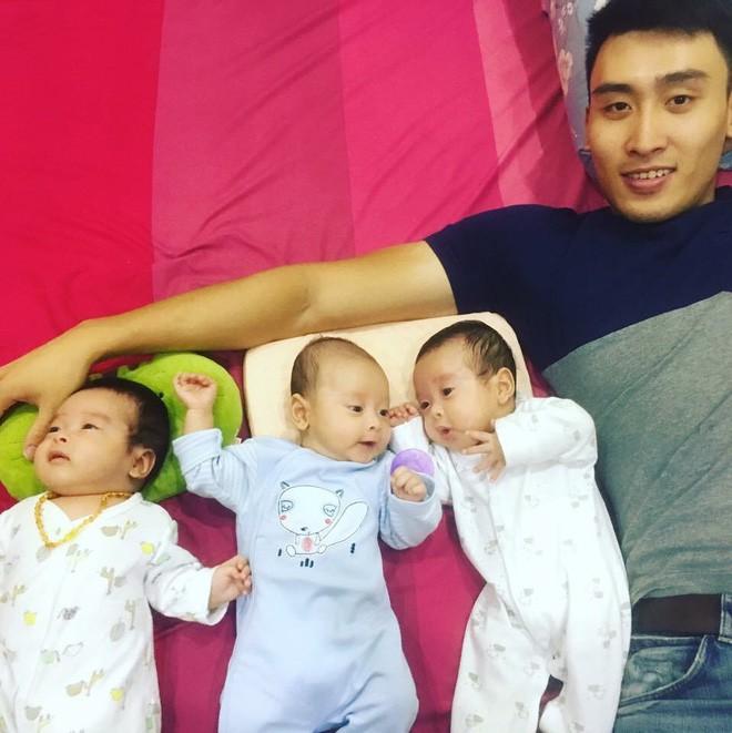 Clip 3 cậu bé sinh ba xúm xít, quấn mẹ đòi sữa gây bão mạng và câu chuyện phía sau - Ảnh 9.
