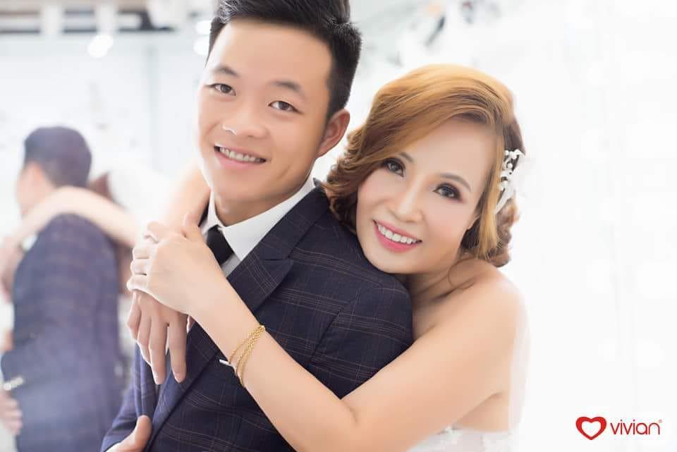 Cô dâu 61 ôm chặt chú rể 26 tuổi hạnh phúc tuyển bố trước thềm đám cưới: Tôi chuẩn bị là cô dâu trẻ và xinh đẹp nhất thế giới - Ảnh 1.