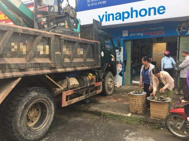 Xe tải không người lái đâm thủng tường trung tâm Vinaphone do tài xế đi ăn sáng không tắt máy - Ảnh 1.