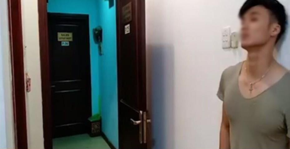 Clip vợ đưa HLV tập gym về phòng rồi thản nhiên cười đùa thách thức khi bị chồng bắt quả tang: Người dân nhà trọ nói gì? - Ảnh 1.