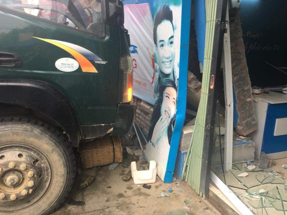 Xe tải không người lái đâm thủng tường trung tâm Vinaphone do tài xế đi ăn sáng không tắt máy - Ảnh 3.