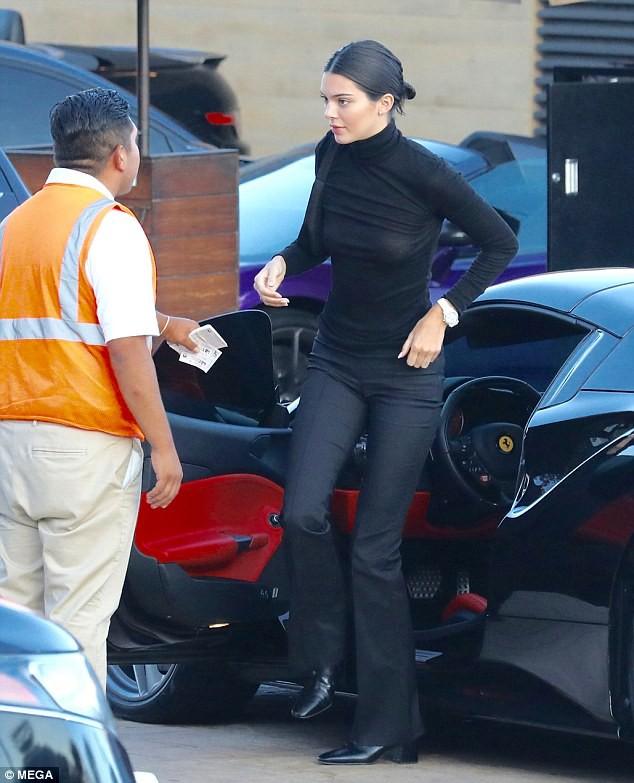 Kendall Jenner diện áo nửa kín nửa hở lộ lấp ló nhũ hoa khi đi ăn với người bố chuyển giới - Ảnh 5.