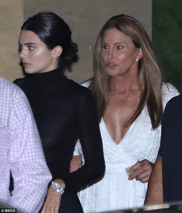 Kendall Jenner diện áo nửa kín nửa hở lộ lấp ló nhũ hoa khi đi ăn với người bố chuyển giới - Ảnh 3.