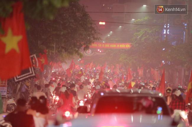 Clip, ảnh: Hàng nghìn người hâm mộ cầm cờ tràn xuống các khu trung tâm ở Hà Nội, Hải Phòng ăn mừng chiến thắng của Olympic Việt Nam - Ảnh 1.