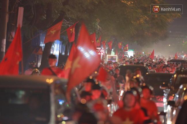 Clip, ảnh: Hàng nghìn người hâm mộ cầm cờ tràn xuống các khu trung tâm ở Hà Nội, Hải Phòng ăn mừng chiến thắng của Olympic Việt Nam - Ảnh 2.