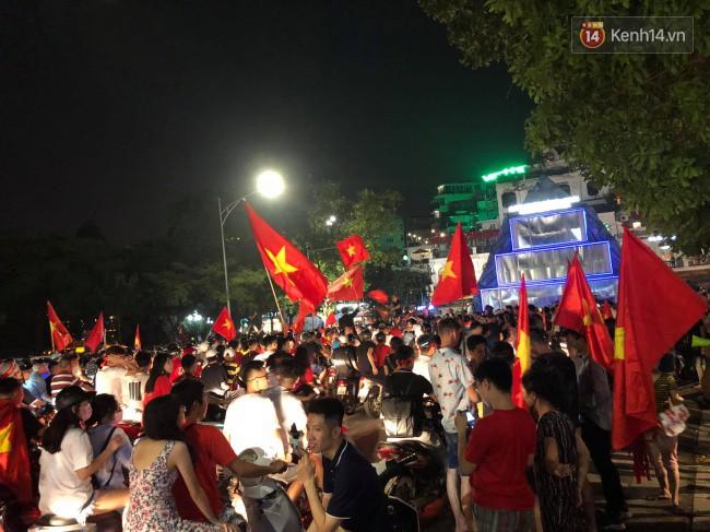 Clip, ảnh: Hàng nghìn người hâm mộ cầm cờ tràn xuống các khu trung tâm ở Hà Nội, Hải Phòng ăn mừng chiến thắng của Olympic Việt Nam - Ảnh 15.