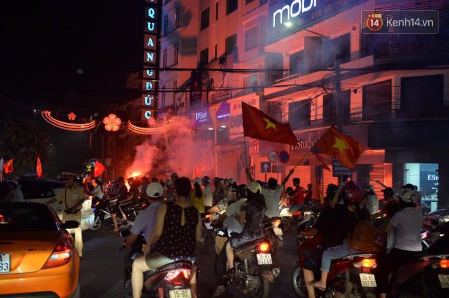 Clip, ảnh: Hàng nghìn người hâm mộ cầm cờ tràn xuống các khu trung tâm ở Hà Nội, Hải Phòng ăn mừng chiến thắng của Olympic Việt Nam - Ảnh 3.