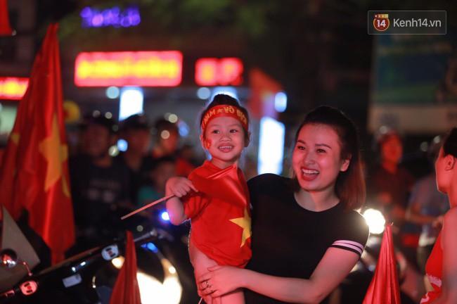 Clip, ảnh: Hàng nghìn người hâm mộ cầm cờ tràn xuống các khu trung tâm ở Hà Nội, Hải Phòng ăn mừng chiến thắng của Olympic Việt Nam - Ảnh 4.