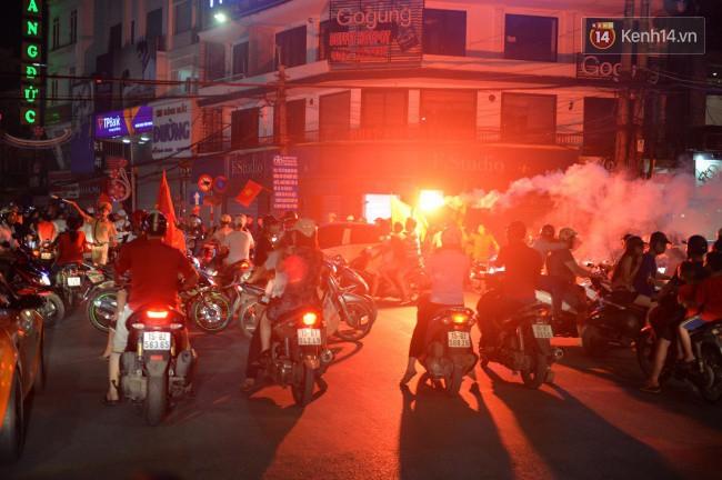 Clip, ảnh: Hàng nghìn người hâm mộ cầm cờ tràn xuống các khu trung tâm ở Hà Nội, Hải Phòng ăn mừng chiến thắng của Olympic Việt Nam - Ảnh 5.