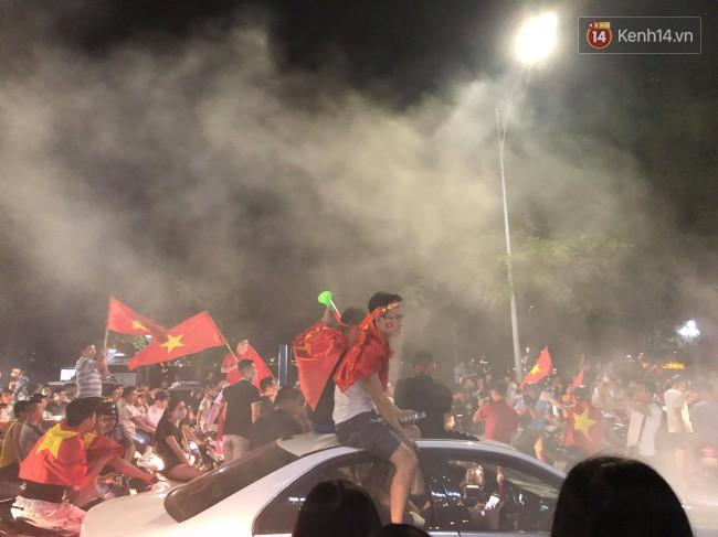 Clip, ảnh: Hàng nghìn người hâm mộ cầm cờ tràn xuống các khu trung tâm ở Hà Nội, Hải Phòng ăn mừng chiến thắng của Olympic Việt Nam - Ảnh 16.
