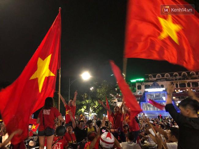 Clip, ảnh: Hàng nghìn người hâm mộ cầm cờ tràn xuống các khu trung tâm ở Hà Nội, Hải Phòng ăn mừng chiến thắng của Olympic Việt Nam - Ảnh 17.