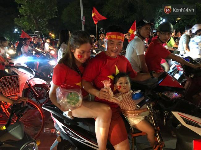 Clip, ảnh: Hàng nghìn người hâm mộ cầm cờ tràn xuống các khu trung tâm ở Hà Nội, Hải Phòng ăn mừng chiến thắng của Olympic Việt Nam - Ảnh 18.