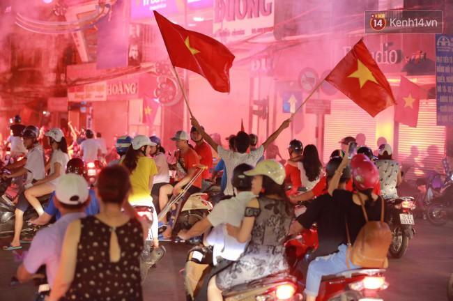 Clip, ảnh: Hàng nghìn người hâm mộ cầm cờ tràn xuống các khu trung tâm ở Hà Nội, Hải Phòng ăn mừng chiến thắng của Olympic Việt Nam - Ảnh 6.