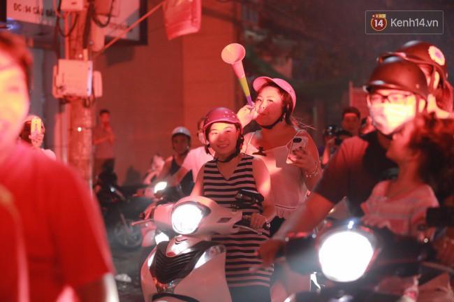 Clip, ảnh: Hàng nghìn người hâm mộ cầm cờ tràn xuống các khu trung tâm ở Hà Nội, Hải Phòng ăn mừng chiến thắng của Olympic Việt Nam - Ảnh 7.