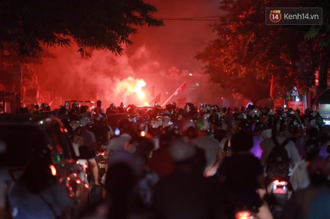 Clip, ảnh: Hàng nghìn người hâm mộ cầm cờ tràn xuống các khu trung tâm ở Hà Nội, Hải Phòng ăn mừng chiến thắng của Olympic Việt Nam - Ảnh 8.