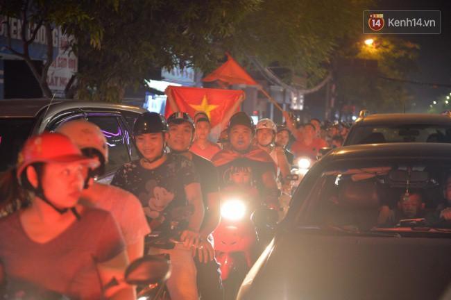 Clip, ảnh: Hàng nghìn người hâm mộ cầm cờ tràn xuống các khu trung tâm ở Hà Nội, Hải Phòng ăn mừng chiến thắng của Olympic Việt Nam - Ảnh 9.