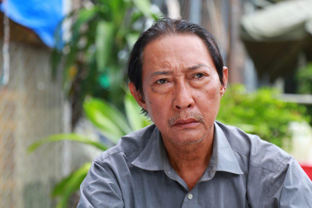 Diễn viên gạo cội Lê Bình cũng đang một mình chống chọi với bệnh ung thư phổi