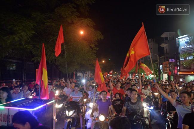 Clip, ảnh: Hàng nghìn người hâm mộ cầm cờ tràn xuống các khu trung tâm ở Hà Nội, Hải Phòng ăn mừng chiến thắng của Olympic Việt Nam - Ảnh 10.