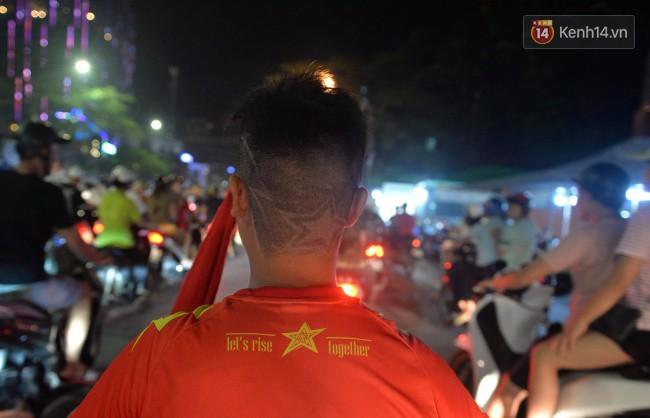 Clip, ảnh: Hàng nghìn người hâm mộ cầm cờ tràn xuống các khu trung tâm ở Hà Nội, Hải Phòng ăn mừng chiến thắng của Olympic Việt Nam - Ảnh 13.