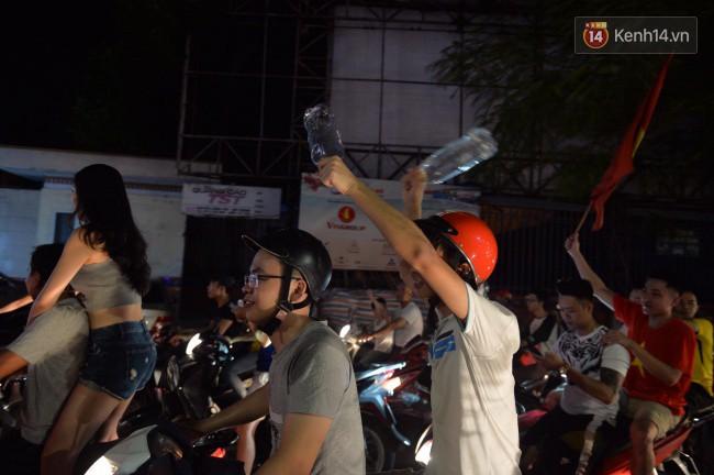 Clip, ảnh: Hàng nghìn người hâm mộ cầm cờ tràn xuống các khu trung tâm ở Hà Nội, Hải Phòng ăn mừng chiến thắng của Olympic Việt Nam - Ảnh 12.
