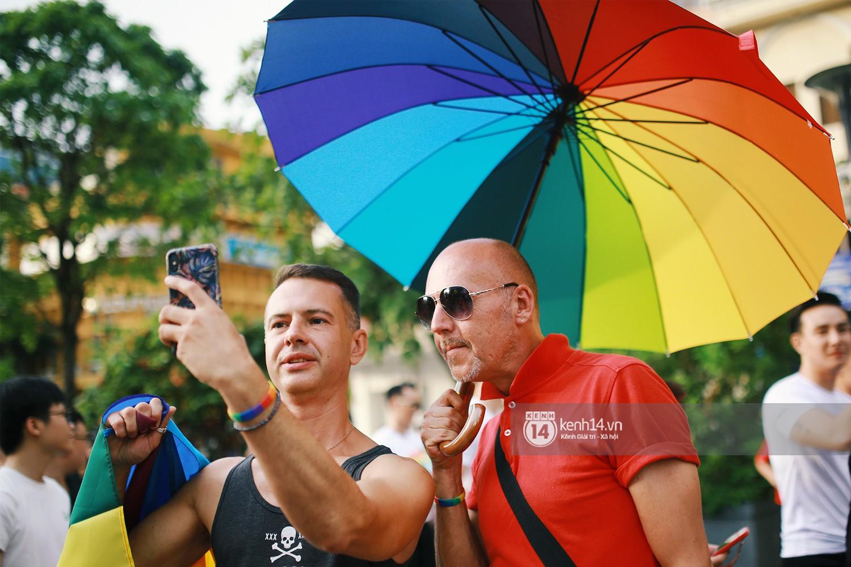 Ngày hội tự hào LGBTI+ Sài Gòn: Những khoảnh khắc đáng nhớ khi phố đi bộ Nguyễn Huệ rợp cờ cầu vồng - Ảnh 5.