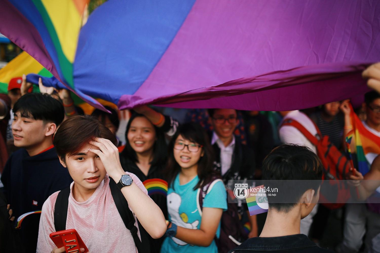 Ngày hội tự hào LGBTI+ Sài Gòn: Những khoảnh khắc đáng nhớ khi phố đi bộ Nguyễn Huệ rợp cờ cầu vồng - Ảnh 7.