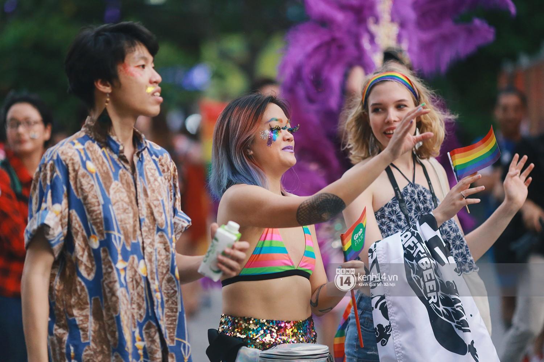 Ngày hội tự hào LGBTI+ Sài Gòn: Những khoảnh khắc đáng nhớ khi phố đi bộ Nguyễn Huệ rợp cờ cầu vồng - Ảnh 10.