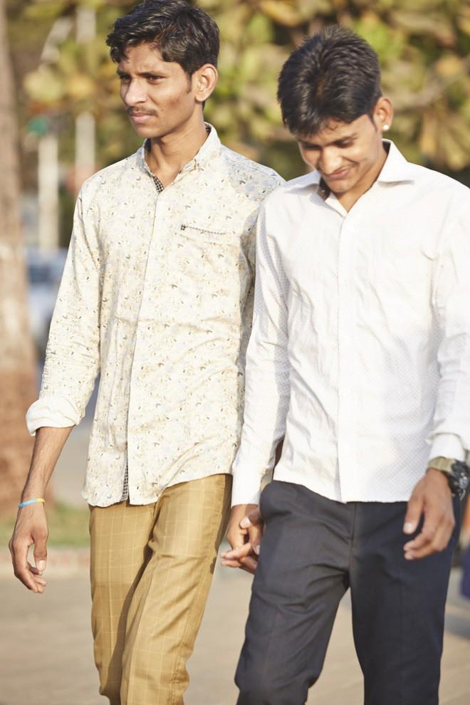Nắm tay nhau mỗi khi ra đường: Nét văn hóa kỳ lạ nhưng thú vị giữa những anh đàn ông Ấn Độ - Ảnh 13.