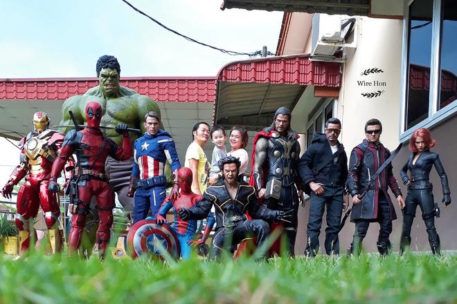 Thanh niên khoe ảnh chụp thân mật cùng cả dàn siêu anh hùng, còn cả gan sai Spiderman, Deadpool và Captain đi bọc đu đủ - Ảnh 1.
