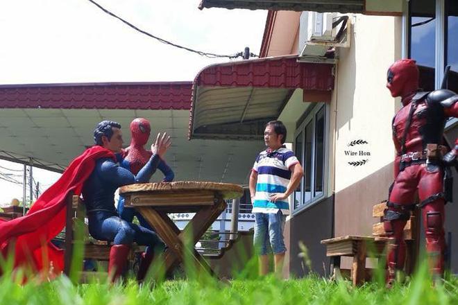 Thanh niên khoe ảnh chụp thân mật cùng cả dàn siêu anh hùng, còn cả gan sai Spiderman, Deadpool và Captain đi bọc đu đủ - Ảnh 3.