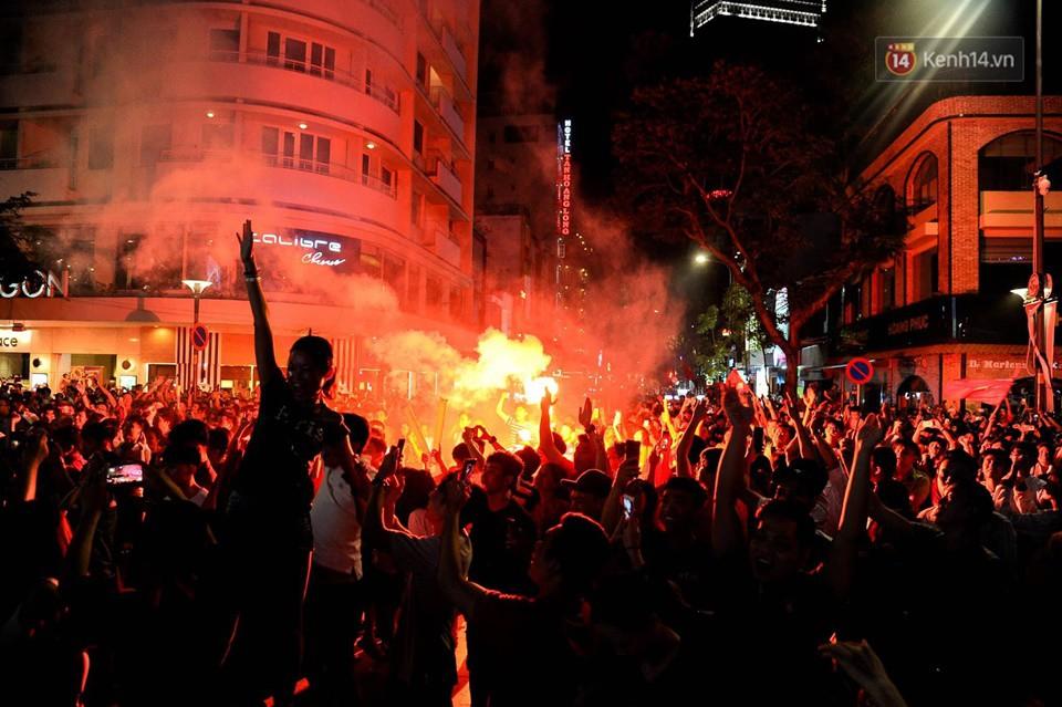 Đến nửa đêm, hàng vạn người trên các tuyến phố vẫn hò reo ăn mừng chiến thắng lịch sử của Olympic Việt Nam - Ảnh 1.