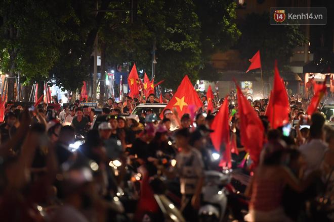 Đến nửa đêm, hàng vạn người trên các tuyến phố vẫn hò reo ăn mừng chiến thắng lịch sử của Olympic Việt Nam - Ảnh 2.
