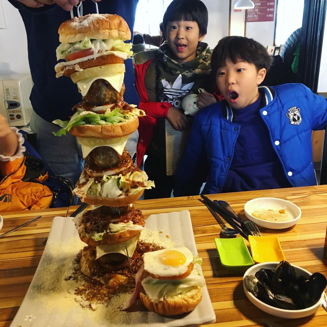 Đây chính là chiếc hamburger xôi thịt nhất mà ai đến Jeju (Hàn Quốc) cũng hốt hoảng - Ảnh 3.