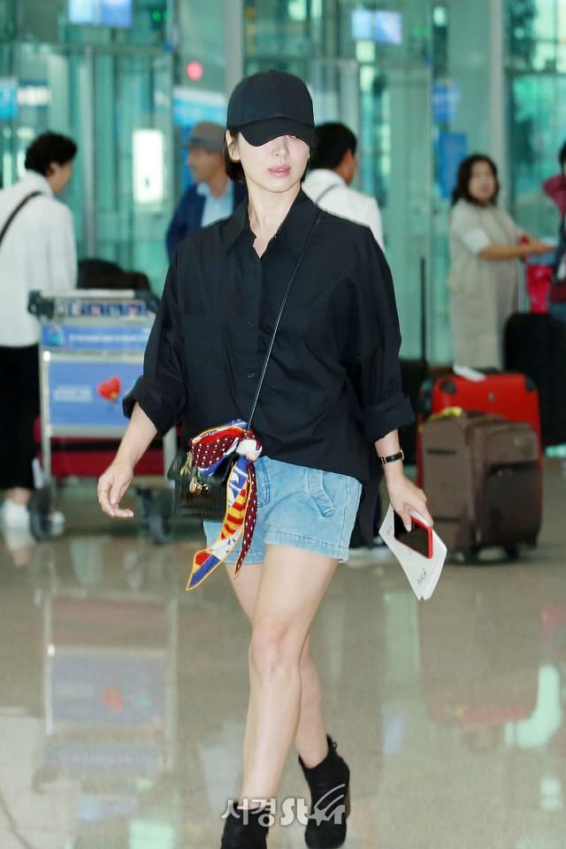 Lâu lắm mới lộ diện, Song Hye Kyo ăn mặc giản dị hết mức nhưng vẫn gây choáng ngợp với nhẫn kim cương 90 triệu - Ảnh 1.