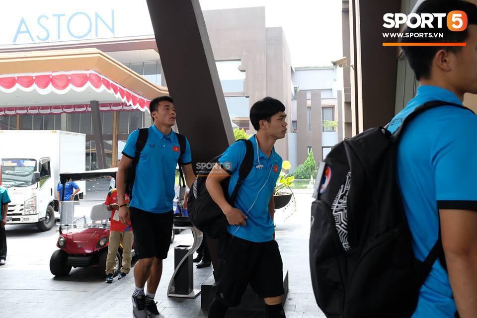 Bùi Tiến Dũng, Công Phượng có mặt ở khách sạn tại Cibibong, Bogor. Olympic Việt Nam sẽ đá trận bán kết với Olympic Hàn Quốc trên sân Bogor vào ngày 29/8.