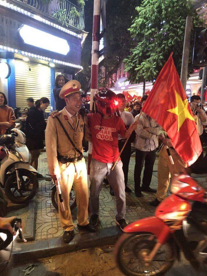 Người hâm mộ khoác vai cùng chiến sĩ CSGT - Ảnh: FB