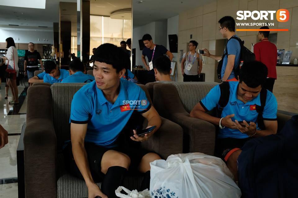 Các cầu thủ tỏ ra rất vui vẻ và thoải mái. Họ có thời gian để lên mạng xã hội hay nói chuyện với người thân.