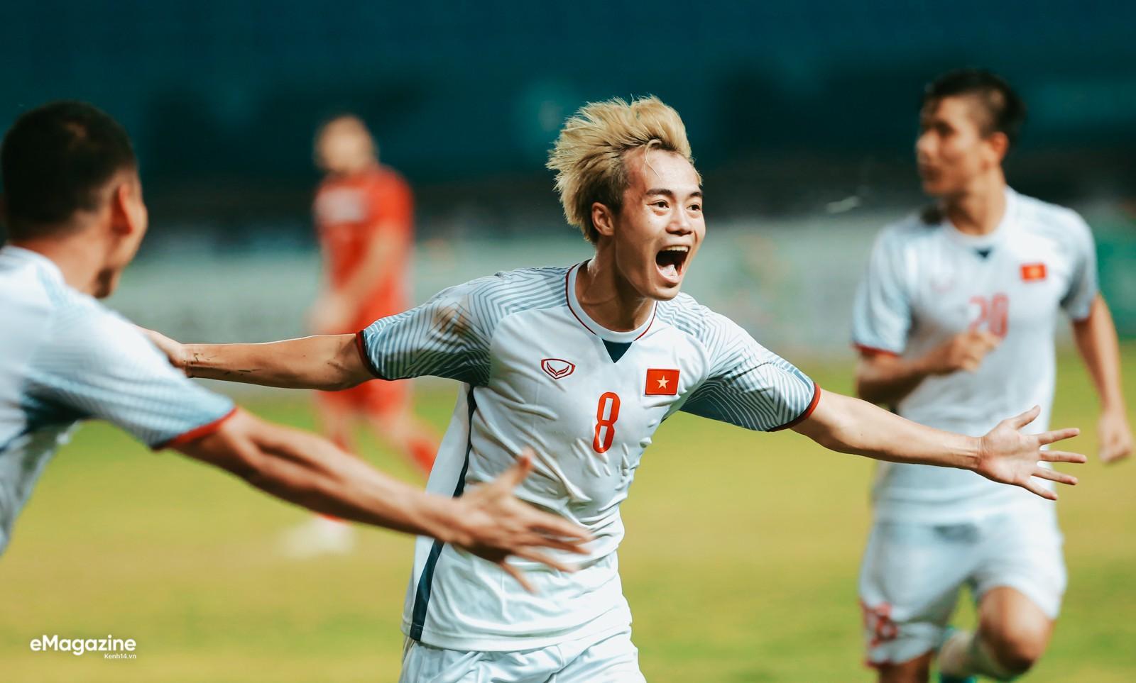 Chùm ảnh chế: Các tuyển thủ Olympic Việt Nam đồng loạt nhuộm tóc bạch kim giống Văn Toàn để lấy may trước trận bán kết - Ảnh 1.