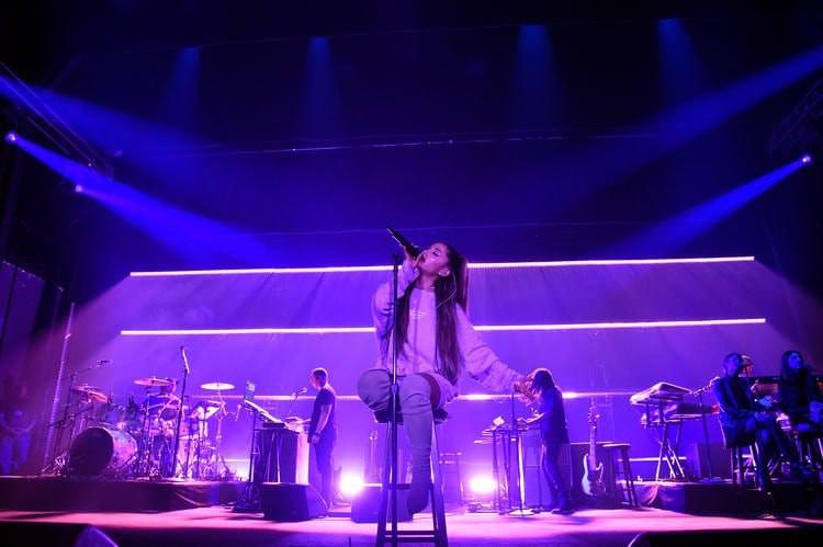 Fan yêu cầu Ariana Grande tạm dừng hát vì chưa kịp quay hình và đây là phản ứng cực đáng yêu của cô nàng! - Ảnh 2.