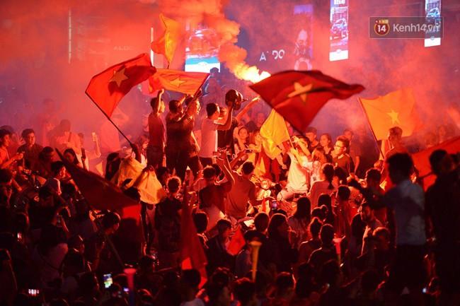 Dù thua Hàn Quốc, hàng nghìn người dân Thủ đô vẫn đổ về Hồ Gươm để cảm ơn sự cống hiến hết mình của Olympic Việt Nam - Ảnh 7.