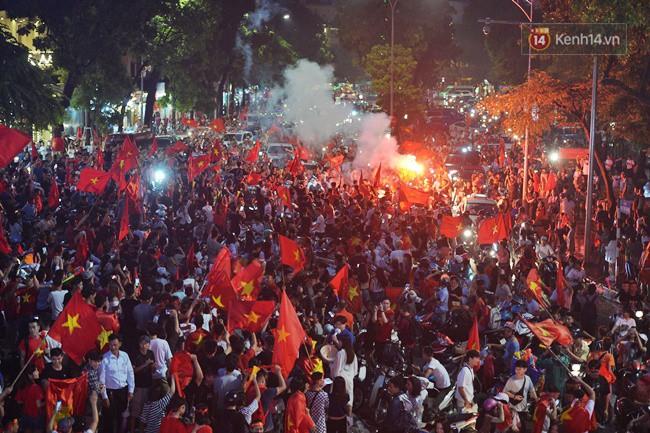 Dù thua Hàn Quốc, hàng nghìn người dân Thủ đô vẫn đổ về Hồ Gươm để cảm ơn sự cống hiến hết mình của Olympic Việt Nam - Ảnh 8.