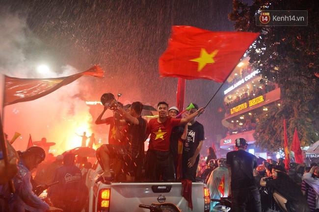 Dù thua Hàn Quốc, hàng nghìn người dân Thủ đô vẫn đổ về Hồ Gươm để cảm ơn sự cống hiến hết mình của Olympic Việt Nam - Ảnh 15.