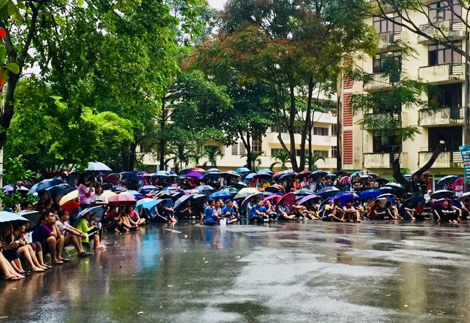 Chùm ảnh cảm xúc: Dưới cơn mưa tầm tã, hàng trăm sinh viên vẫn ngồi ngoài trời, khóc cười cùng Olympic Việt Nam - Ảnh 9.