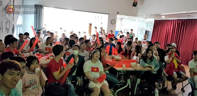 Trực tiếp từ Hàn Quốc: Hàng nghìn du học sinh và người hâm mộ hô vang Việt Nam vô địch trên đất Hàn, mong chờ phép màu xảy ra - Ảnh 2.