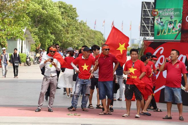 Hàng vạn người hâm mộ đổ xuống đường cổ vũ hết mình cho Olympic Việt Nam trong trận Bán kết gặp Hàn Quốc - Ảnh 1.