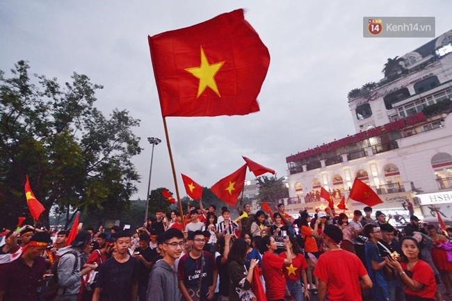 Dù thua Hàn Quốc, hàng nghìn người dân Thủ đô vẫn đổ về Hồ Gươm để cảm ơn sự cống hiến hết mình của Olympic Việt Nam - Ảnh 3.